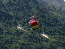 L'hélicoptère porte la cargaison dans les Alpes Image stock