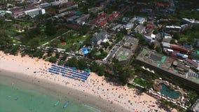 L'hélicoptère s'éloigne de la ville et de la plage de Kata, Phuket Photo stock