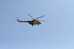 L'hélicoptère vole dans le ciel Image stock