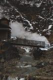 L'hôtel d'Onsen sur le chemin à la neige Monkeys, les Macaques japonais Nagano, Japon images stock