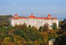 L'hôtel impérial sur la colline au-dessus de karlovy varient images libres de droits