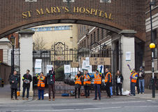 L'hôpital de St Mary extérieur de grève de Junior Doctors ', Londres, unissent Photo libre de droits