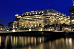 L'hôtel de Fullerton le soir, Singapour image stock
