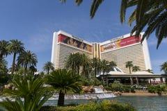 L'hôtel de mirage à Las Vegas avec la cascade et les cieux bleus Image stock