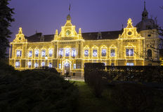 L'hôtel de ville de la ville médiévale de Brasov, Roumanie 10 décembre 2015 décoré des lumières de Noël Photo stock