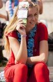L'hôtesse de Smilling cache son visage du soleil Photos libres de droits