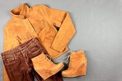 L'habillement brun et les accessoires des femmes réglés photo stock