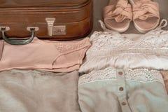 L'habillement des femmes d'été s'est d'une manière ordonnée plié pour être emballé dans une valise Concept prepareing de valise d image stock