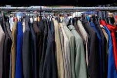 L'habillement des hommes à un marché aux puces Image stock