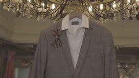 L'habillement des hommes pour le mariage banque de vidéos