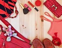 L'habillement et les accessoires des femmes dans des tons rouges Image libre de droits