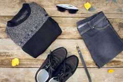 L'habillement et les accessoires des femmes : le chandail gris, jeans, ceinture, espadrilles, lunettes de soleil, jaune part Images stock