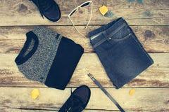 L'habillement et les accessoires des femmes : le chandail gris, jeans, ceinture, espadrilles, lunettes de soleil, jaune part Photographie stock