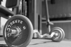 L'haltère en acier de barbell dans une image de gymnase, une vie et un concept noirs et blancs renforcement de muscle de forme ph Photo stock