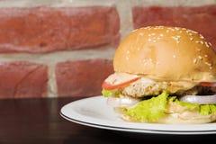 L'hamburger américain parfait servi du plat photos libres de droits