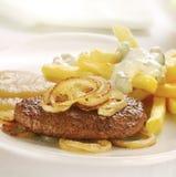 L'hamburger arrostito è servito con le patate fritte e la composta di mele Fotografia Stock