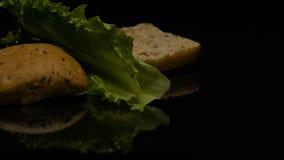 L'hamburger cade nell'azione lenta sulla tavola archivi video