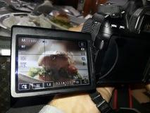 l'hamburger dell'alimento ha preso la macchina fotografica creativa l'altro gruppo della natura fotografie stock libere da diritti