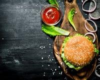 L'hamburger et les ingrédients frais Image stock