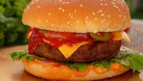 L'hamburger saporito fresco si trova sulla tavola video d archivio