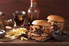 L'hamburger tiré fait maison de porc avec la salade de choux et le BBQ sauce Images stock