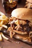 L'hamburger tiré fait maison de porc avec la salade de choux et le BBQ sauce Image libre de droits