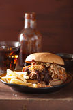 L'hamburger tirato casalingo della carne di maiale con insalata di cavoli ed il bbq sauce Fotografia Stock