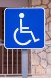 L'handicap firma dentro la via royalty illustrazione gratis