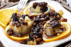 L'hareng mariné roule avec les fruits et la sauce à prune secs Image libre de droits