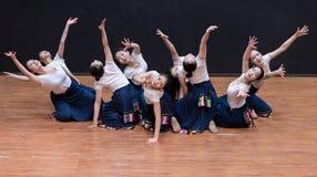 L'harmonie et le Guozhuang de fruit sont populaires dans la danse tibétaine du Thibet 1-Chinese - répétition d'enseignement au ni photo stock