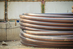 L'HDPE convoglia per il rifornimento idrico ed il condotto elettrico al constructi immagini stock libere da diritti