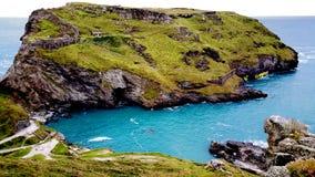 L'herbe a couvert l'île dans les Cornouailles, R-U Images stock