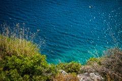 L'herbe et l'azur arrosent dans Zakynthos, Grèce Images stock