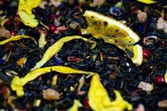 L'heure verte parfumée et fraîche se trouve sur une surface en bambou La composition du thé inclut les morceaux délicieux de frai photographie stock