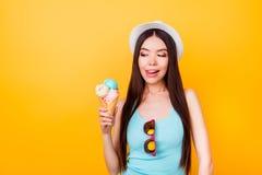 L'heureuse jeune femme asiatique délicieuse avec la langue regarde savoureuse photo libre de droits