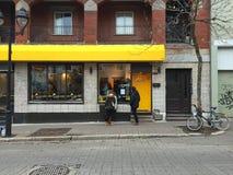 L'Heureux exterior de la charla de Café del café del gato de Montreal de la espera de los clientes Fotografía de archivo libre de regalías