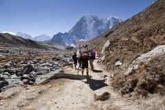 L'Himalaya, Népal cirka en novembre 2017 : randonneurs et portiers sur le chemin au camp de base d'Everest, au beau temps ensolei Photographie stock libre de droits
