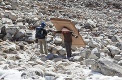 L'Himalaya, Népal cirka en novembre 2017 : randonneurs et portiers sur le chemin au camp de base d'Everest, au beau temps ensolei Image libre de droits