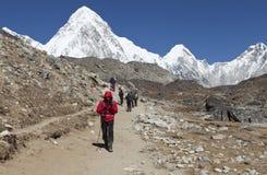 L'Himalaya, Népal cirka en novembre 2017 : randonneurs sur le chemin au camp de base d'Everest, au beau temps ensoleillé et aux v Photos stock
