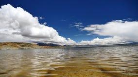 L'Himalaya Thibet de Manasarovar de lac mountain banque de vidéos