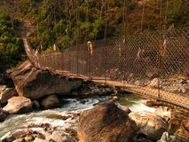 L'Himalaya - un pont à Bahaun Danda photographie stock libre de droits