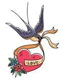 L'hirondelle reporte le coeur rouge sur le ruban avec amour de lettrage Rose rouge Coeur de tatouage avec les fleurs et l'oiseau Image libre de droits