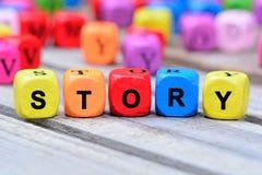 L'histoire colorée de mot sur la table image libre de droits