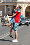 L'histoire d'amour de jeunes couples étreignent et embrassent Photo stock
