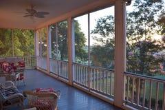 L'histoire d'avant-guerre de plantation deuxièmes de Belmont a examiné le porche à l'aube image stock