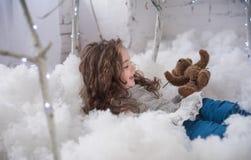 L'hiver, l'atmosphère de fête dans la salle d'enfants images libres de droits