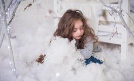 L'hiver, l'atmosphère de fête dans la salle d'enfants photo stock