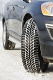 L'hiver bande des roues installées sur la voiture de suv dehors Images libres de droits
