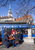 L'hiver biergarten chez Viktualien Markt à Munich image libre de droits