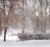 L'hiver Chutes de neige dans la ville Image libre de droits